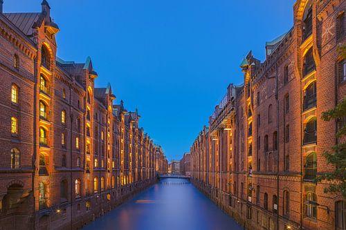 Havenstad Hamburg bij nacht van