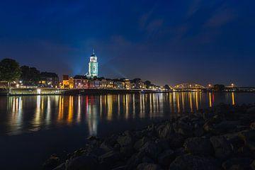 Deventer Skyline tijdens blauwe uur van Edwin Mooijaart