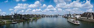 Panorama van de stad Maastricht met wolken