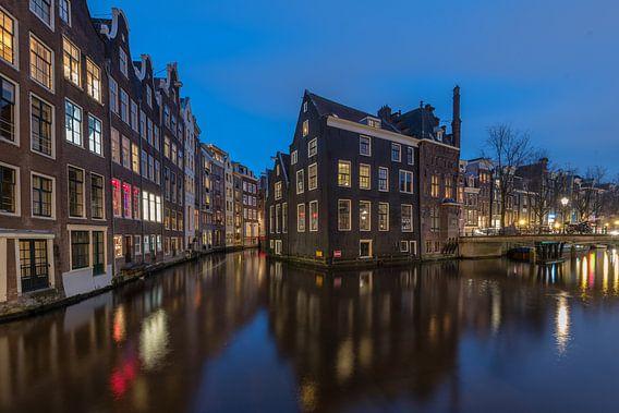 Oudezijds Voorburgwal Amsterdam at Blue hour  van Kevin Boelhouwer
