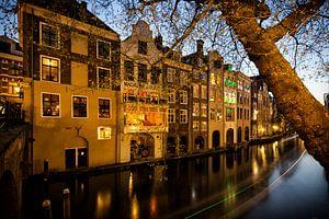 De Oudegracht en grachtenpanden gezien vanaf de Gaardbrug in Utrecht in het avondlicht (kleur) van