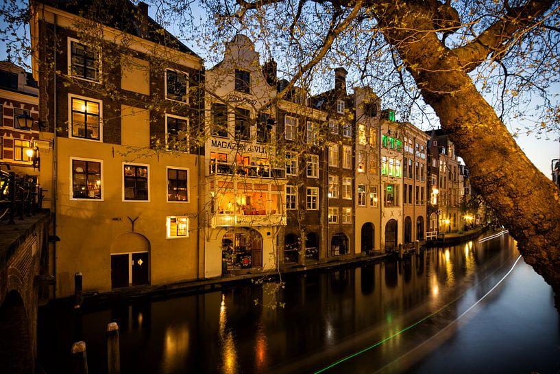 De Oudegracht en grachtenpanden gezien vanaf de Gaardbrug in Utrecht in het avondlicht (kleur) van De Utrechtse Grachten