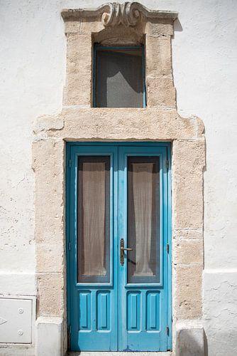 Fine art foto van aqua blauwe deur met  natuurstenen deurpost, Italië,  fine art