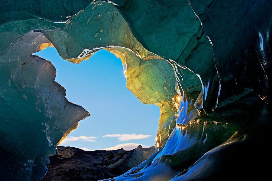 Ingang ijsgrot onder een gletsjer in IJsland