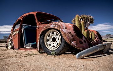 Een autowrak in de Namib woestijn (Namibie). van Claudio Duarte