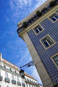 Kleurrijke blauwe tegels op een gevel in Lissabon