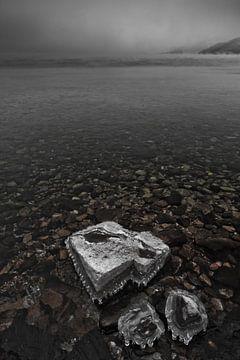 Een steen bedekt met ijs in de transparante ijzige van Michael Semenov