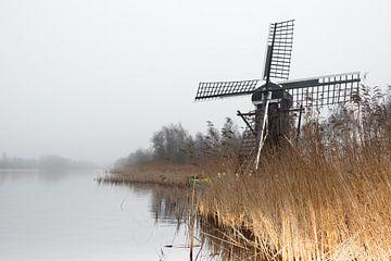 Molen in het landschap aan het water op een mistige dag van Marcel Kieffer