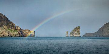 De regenboog bij Drangarnir sur