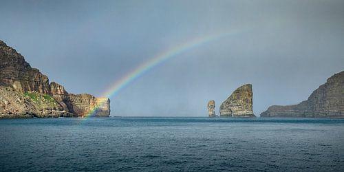 De regenboog bij Drangarnir van Nando Harmsen
