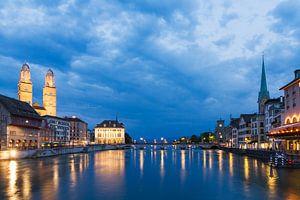 Zurich aan de rivier de Limmat in het blauwe uur in de avond