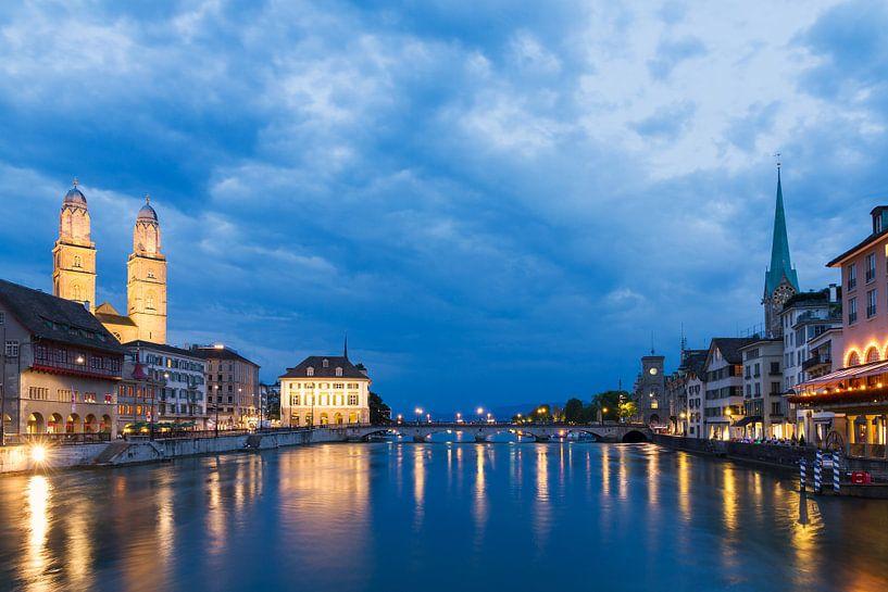 Zurich aan de rivier de Limmat in het blauwe uur in de avond van Dennis van de Water