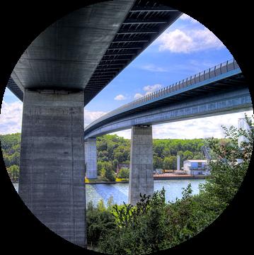 Gezicht op de brug over het Noord-Oostzeekanaal van Kiel van MPfoto71