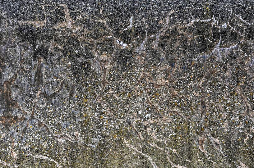Verweerde betonnen zeemuur van Frans Blok