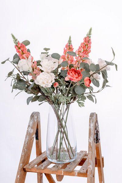 Vase avec de belles fleurs sur un escalier en bois sur Miranda van Hulst