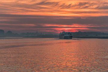 Binnenvaartschip op rivier de Lek bij Rijswijk Gelderland van Moetwil en van Dijk - Fotografie