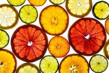 Collage van schijfjes fruit met een witte achtergrond. van Carola Schellekens