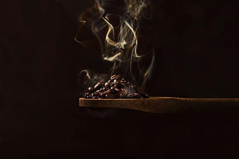 Brandende koffiebonen, burning coffee beans van Corrine Ponsen