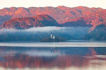 Herfst - Meer van Bled Slovenië van John Reinhard