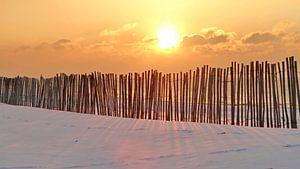 Strand zonsondergang in de winter met sneeuw van Marcel Verheggen