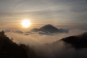 Sonnenaufgang in Bali mit schöner Aussicht auf die Berge und Wolken von Vincent Keizer