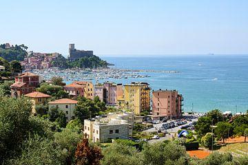 Lerici mit Hafen und Schloss, ein malerisches Dorf in Ligurien, Provinz La Spezia und Teil der itali von Maren Winter