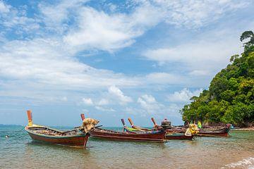 Vissersboten op Koh Lanta, Thailand van Richard van der Woude