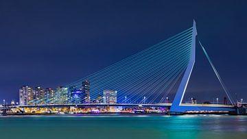 Stadtbild mit Erasmus-Brücke bei Nacht von Tony Vingerhoets