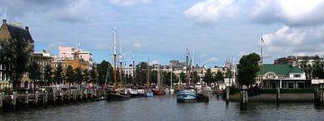 Veerhaven gezien vanaf de Nieuwe Maas van M  van den Hoven