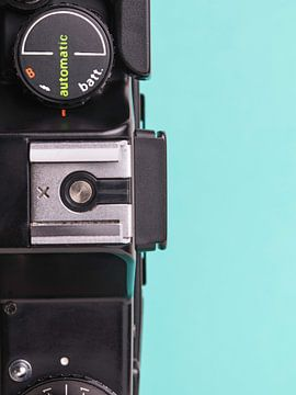 Close up van vintage 'Praktica' camera op blauw / groene achtergrond. van Iris Koopmans