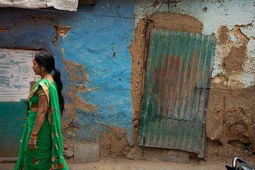 India vrouw op straat van Annet van Esch
