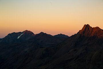 Oranje boven. Een warme oranje lucht in het hooggebergte van Hidde Hageman