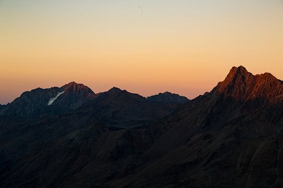 Oranje boven. Een warme oranje lucht in het hooggebergte