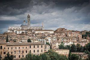 Donkere wolken boven Siena van