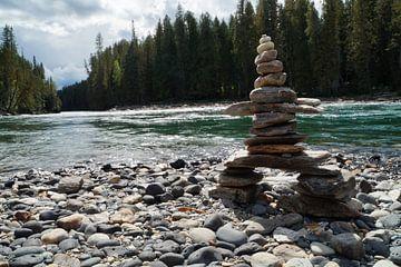 Gestapelde stenen aan de rivierkant von Anouk Noordhuizen