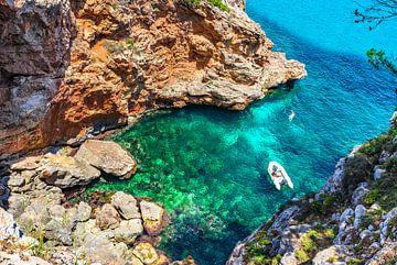 baai met boot en prachtig helder turkoois gekleurd zeewater van Alex Winter