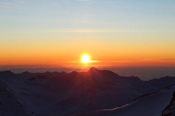 zonsopkomst in de Zwitserse Alpen van Willemien Reddingius