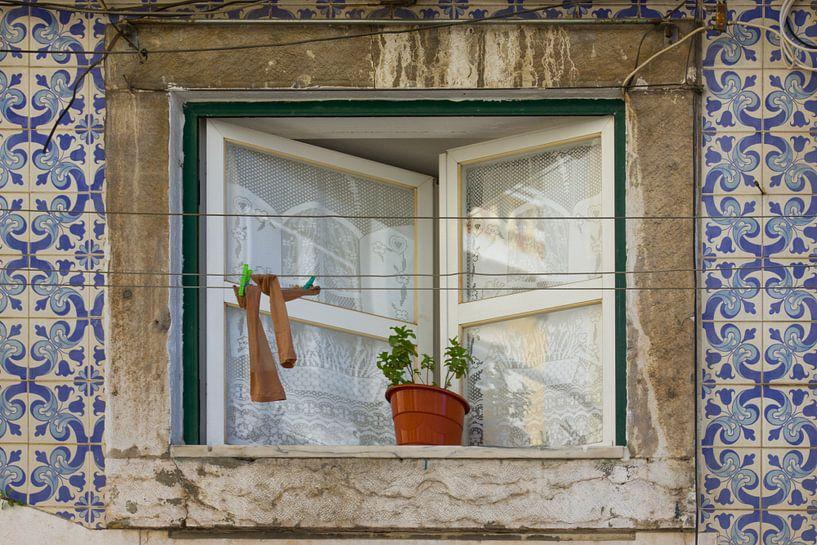 Waslijn voor raam met Portugese tegeltjes van Michèle Huge
