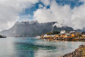 Gele huisjes op de Lofoten, Noorwegen. van Manon van Goethem