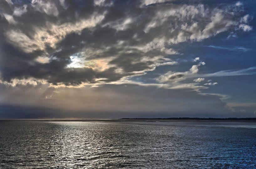 Zonsondergang boven de Noord-Friese Waddenzee van Frans Blok