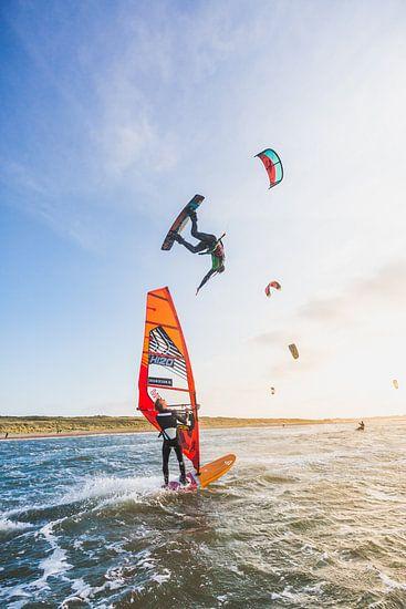 Sunset kitesurfing van Andy Troy