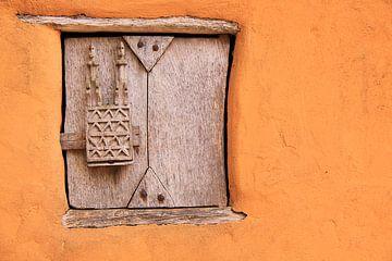 Holzschraffur-Kunstwerk in der Wand von Bobsphotography