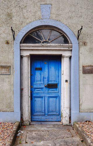 Blauwe deur in Dublin. van