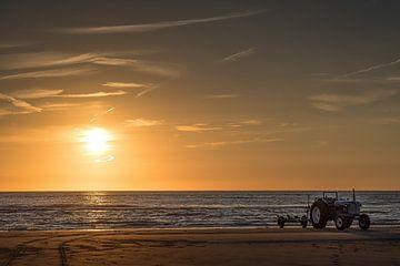Sonnenuntergang mit Traktor von Ed Dorrestein