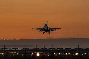 Avondschemering bij vliegbasis Volkel. F-16 komt terug van een trainingsmissie net nadat de zon is o van Jaap van den Berg