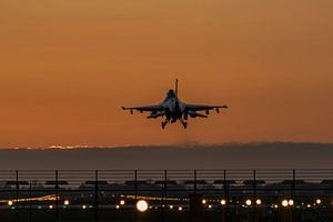 Avondschemering bij vliegbasis Volkel. F-16 komt terug van een trainingsmissie net nadat de zon is o