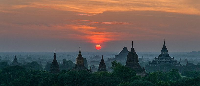 Nyaung-U Township: Zonsopkomst in Old Bagan von Maarten Verhees