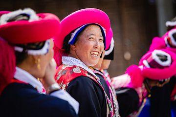Traditioneel geklede vrouwen uit Shangri-la, China van Frank Verburg