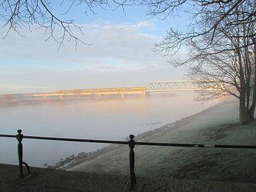 Spoorbrug in de mist van Cristel Veefkind-Gous