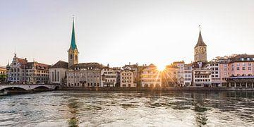 Zonsondergang boven de oude stad van Zürich van Werner Dieterich